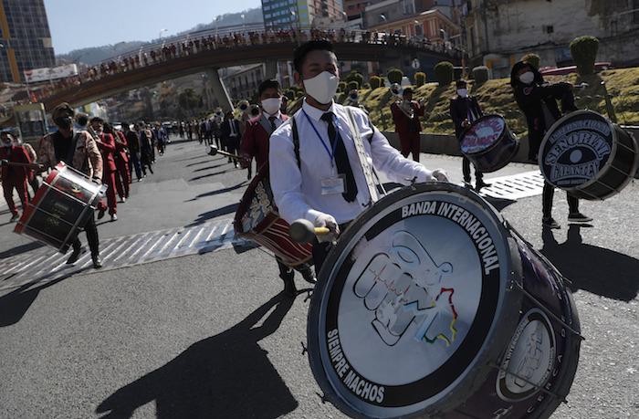 Artistas usando una mascarilla contra la pandemia del coronavirus marchan para protestar contra el Gobierno en La Paz, Bolivia, el lunes 8 de junio de 2020.