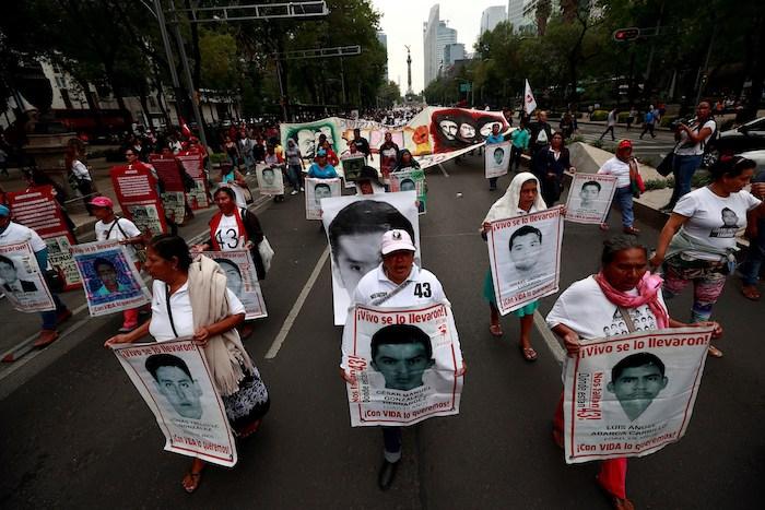 Familiares, estudiantes y simpatizantes de los 43 jóvenes desaparecidos de Ayotzinapa protestan el jueves 26 de abril de 2018, en Ciudad de México (México).