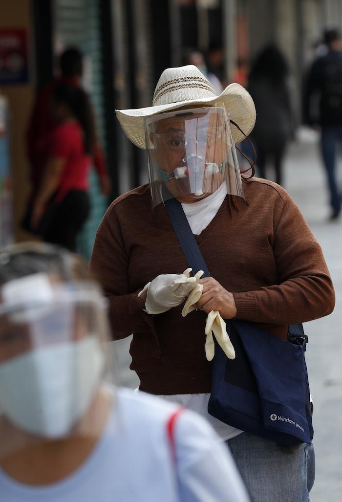Un hombre que usa una mascarilla para evitar contagios del nuevo coronavirus camina en Ciudad de México el martes 30 de junio de 2020.