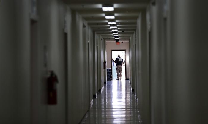En esta imagen del martes 9 de julio de 2019, personal recorre un dormitorio en el más reciente centro de detención para niños migrantes del Gobierno de Estados Unidos en Carrizo Springs, Texas.