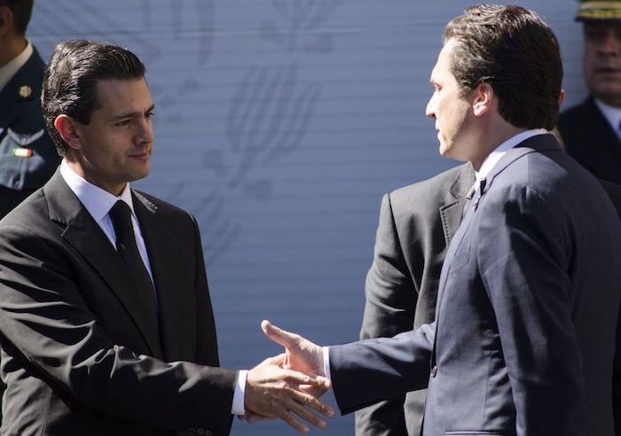 Emilio Lozoya da la mano a Peña Nieto.