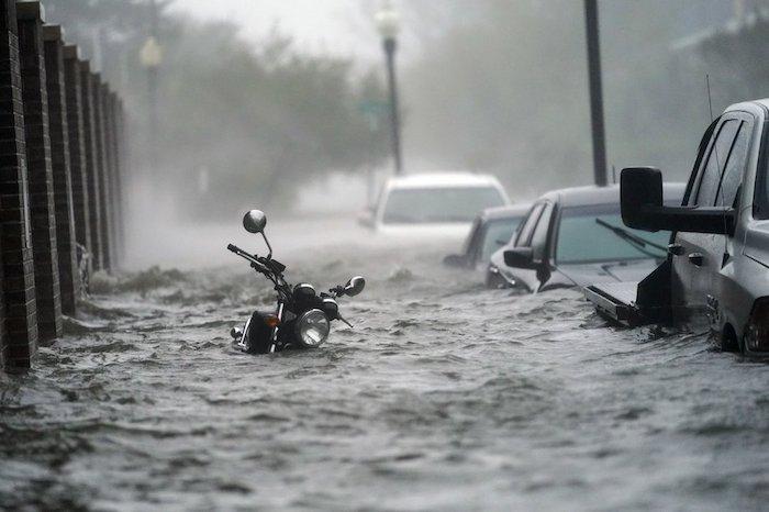 Crecidas causadas por el huracán Sally inundan una calle de Pensacola, Florida, el miércoles 16 de septiembre de 2020. (AP Foto/Gerald Herbert)