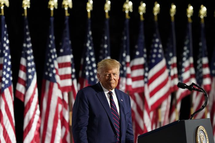 El Presidente Donald Trump habla en el jardín sur de la Casa Blanca, Washington, en el cierre de la Convención Nacional Republicana, 27 de agosto de 2020.