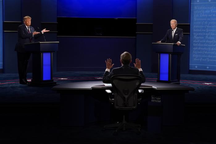 El moderador Chris Wallace de Fox News, al centro, hace un gesto durante el primer debate presidencial entre el mandatario Donald Trump, a la izquierda, y el candidato demócrata, el exvicepresidente Joe Biden, el martes 29 de septiembre de 2020, en Cleveland.