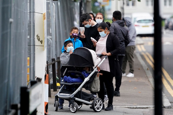 Ciudadanos británicos esperan su turno para realizarse un test de coronavirus en Londres.