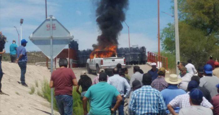 El pasado 26 de marzo de 2020, varias camionetas de Conagua fueron incendias por pobladores que protestaron por el incremento de la extracción de agua de la presa La Boquilla.