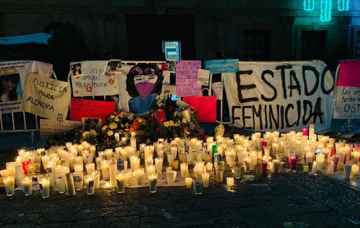 Familiares amigos y colectivas feministas colocaron veladoras en memoria de Alondra.