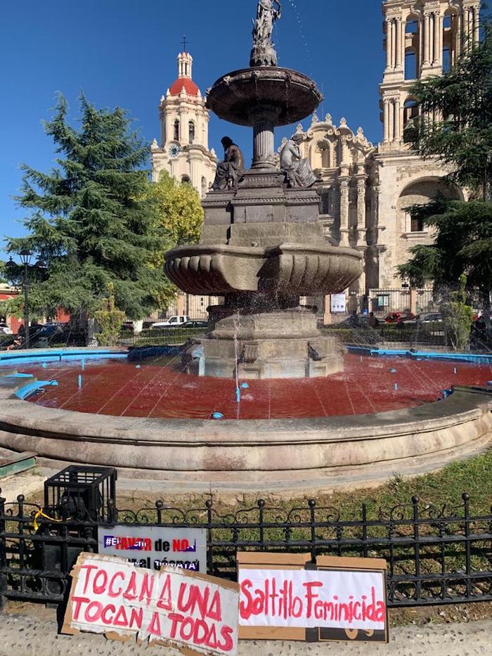 El agua de una fuente de Saltillo, Coahuila, fie teñida de rojo.