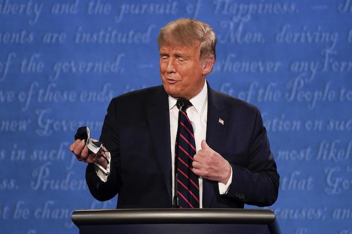 El Presidente Donald Trump muestra su mascarilla durante el primer debate presidencial en Cleveland, Ohio, en esta fotografía del 29 de septiembre de 2020.