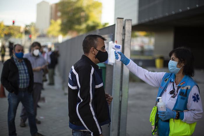 Una trabajadora de salud revisa la temperatura de una persona en Vallecas, Madrid, el 7 de octubre del 2020.