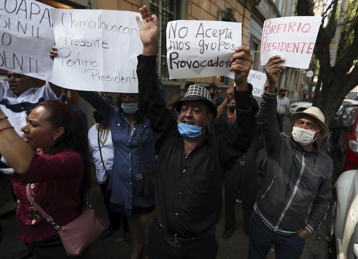 Simpatizantes de Porfirio Muñoz Ledo se reúnen frente a la sede del partido Morena en medio de las elecciones del líder del partido en la Ciudad de México, el lunes 12 de octubre de 2020.