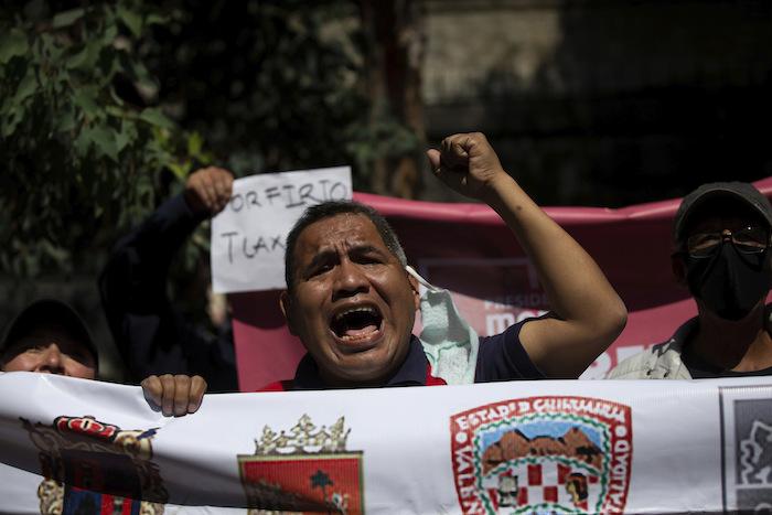 Simpatizantes de Porfirio Muñoz Ledo se reúnen frente a la sede del partido Morena, en medio de las elecciones del líder del partido en la Ciudad de México, el lunes 12 de octubre de 2020.