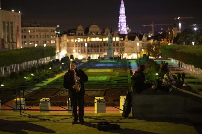 Un músico callejero en la Plaza Mont des Art en Bruselas, Bélgica, el 23 de octubre del 2020.