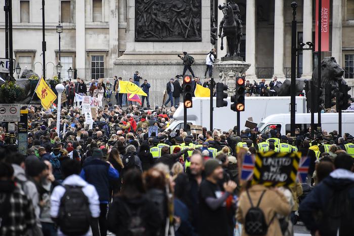 Manifestantes se congregan en la Plaza Trafalgar de Londres durante una protesta contra el confinamiento establecido por el Gobierno para frenar la propagación de coronavirus, el sábado 24 de octubre de 2020.