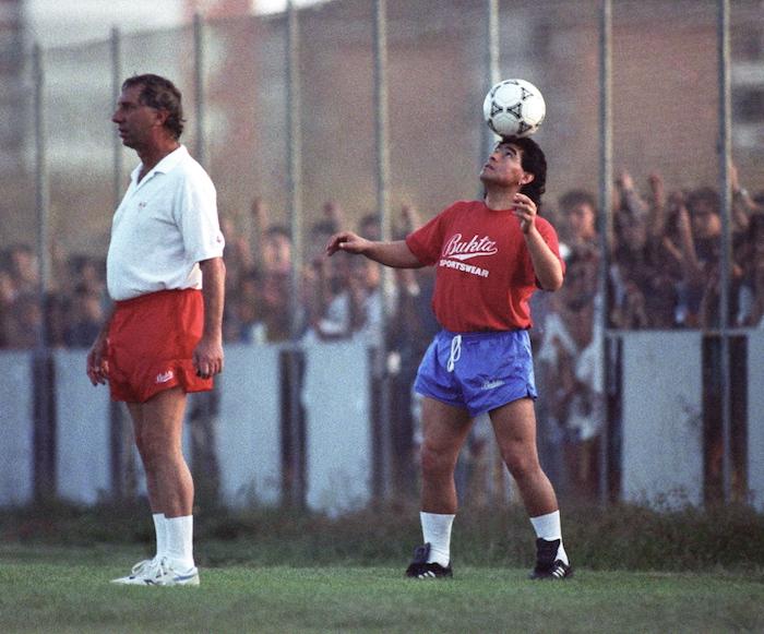 Diego Armando Maradona, junto al entrenador del Sevilla, Bilardo, en el partidillo de entrenamiento que celebraron esta tarde en Sevilla.