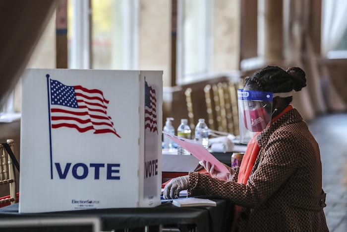 Una trabajadora electoral revisa el material de votación en Park Tavern, en Atlanta, el martes 3 de noviembre de 2020.