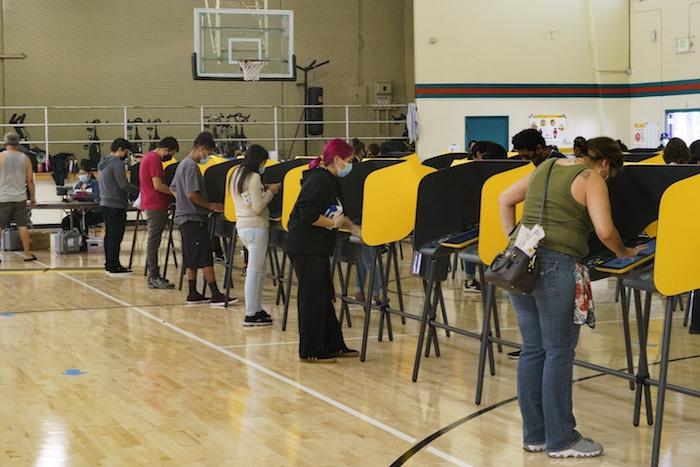 Votantes llenan sus papeletas durante el día de las elecciones presidenciales de Estados Unidos, en Los Ángeles, el martes 3 de noviembre de 2020.