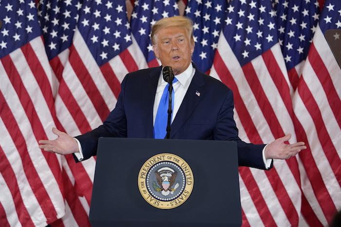 El Presidente de Estados Unidos, Donald Trump, habla en la Sala Este de la Casa Blanca, en la madrugada del miércoles 4 de noviembre de 2020 en Washington.