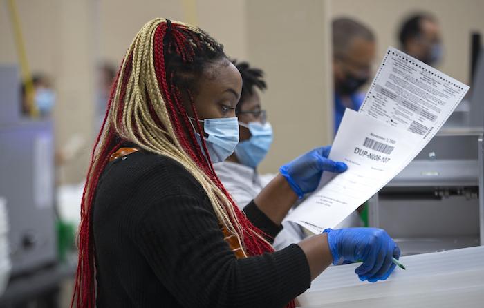 Una empleada del departamento electoral del condado de Broward cuenta papeletas en la Oficina de Lauderhill de Supervisión de Elecciones, el martes 3 de noviembre de 2020 en Lauderhill, Florida, EU.