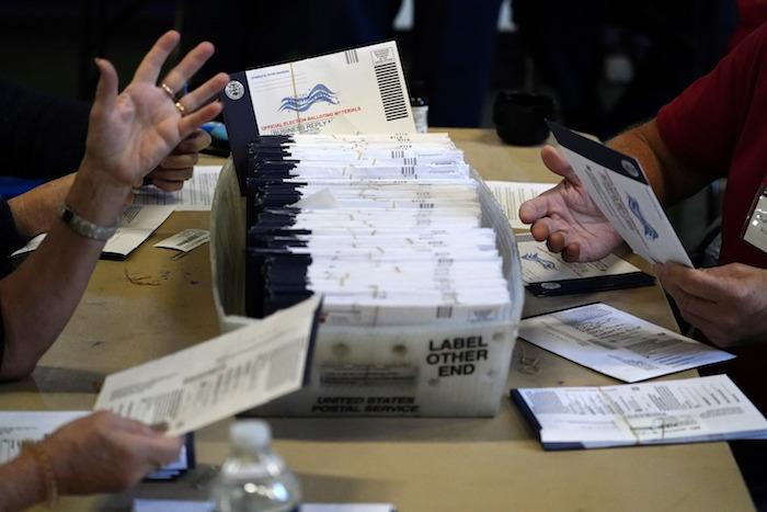 Trabajadores electorales del condado de Chester procesan los votos por correo y en ausencia para las elecciones presidenciales en la Universidad de West Chester, el miércoles 4 de noviembre de 2020, en West Chester, Pensilvania.