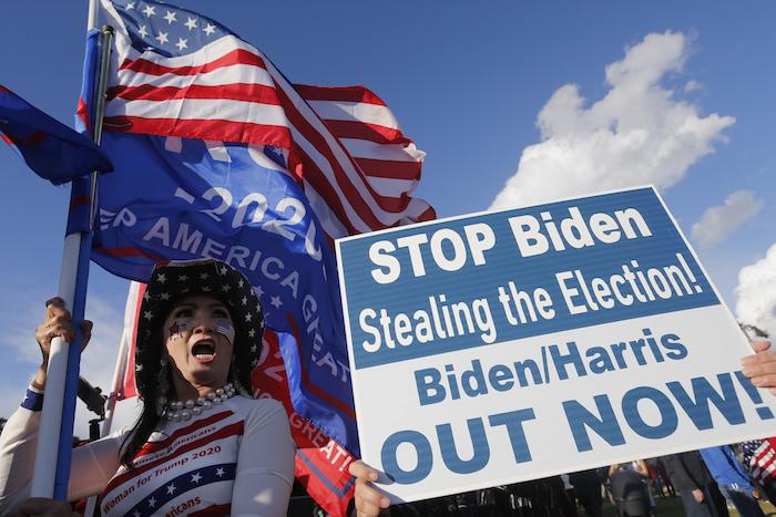 """Simpatizantes del Presidente Donald Trump protestan en Beverli Hills, California, el sábado 7 de noviembre de 2020. El cartel dice: Impidan a Biden robarse la elección. ¡Biden/Harris fuera ya!""""."""