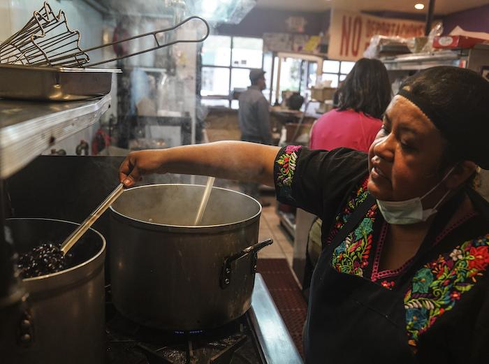 Natalia Méndez cocina en La Morada, un galardonado restaurante mexicano del que es copropietaria con su familia en el sur del Bronx, el miércoles 28 de octubre de 2020 en Nueva York.