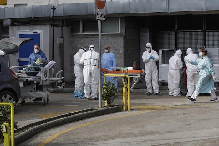 Un paciente espera en una camilla frente a la sala de primeros auxilios del hospital Cardarelli de Nápoles el 13 de noviembre del 2020.