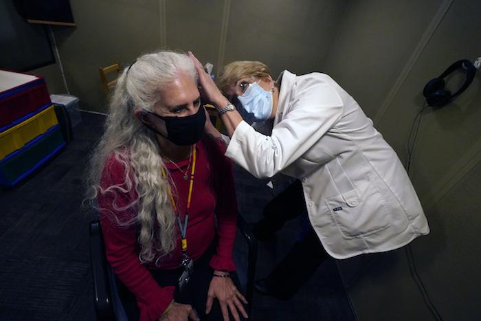 La doctora Andrea Gohmert examina a Lynne Perler en el Centro Callier para Trastornos de la Comunicación de la Universidad de Texas, en Dallas, el 23 de octubre del 2020.