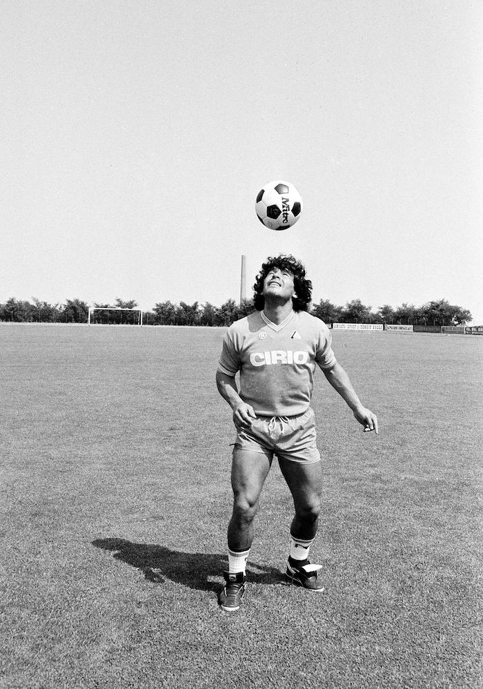 En esta foto del 25 de julio de 1984, Diego Maradona durante un entrenamiento con su nuevo equipo, el Napoli de Italia.