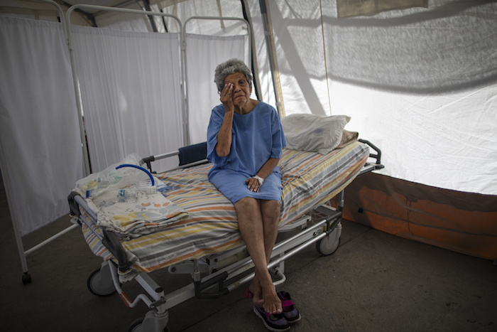 Nancy Rodríguez, una paciente de COVID-19 de 76 años, se seca las lágrimas al contar su lucha contra el coronavirus en una carpa para enfermos que recibirán el alta en el hospital Peréz de León II, un centro público con doctores de Médicos Sin Fronteras, en el vecindario de Petare, Caracas, Venezuela, el 22 de septiembre de 2020.