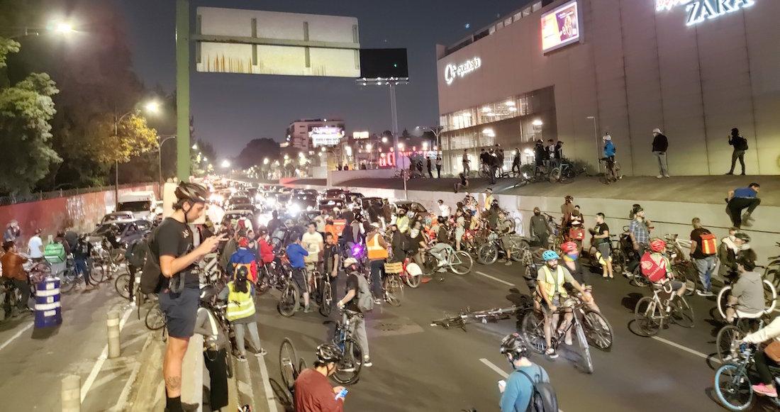 ciclistas - Un accidente vial deja un ciclista muerto y un vehículo en llamas, en calles de CdMx (VIDEO FUERTE)