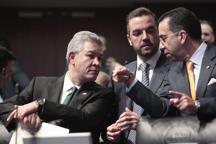 Los exsenadores David Penchyna Grub, Jorge Luis Lavalle Maury, y Javier Lozano Alarcón durante la discusión de las leyes secundarias de la Reforma Energética en 2014.