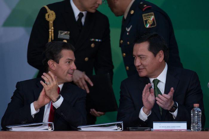 Enrique Peña Nieto, entonces Presidente de México, y Miguel Ángel Osorio Chong, su Secretario de Gobernación, en 2017.