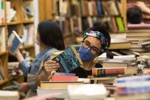 """Joven en librería """"A través del espejo"""", ubicada en la colonia Roma de la Ciudad de México. Foto: Moisés Pablo, Cuartoscuro"""