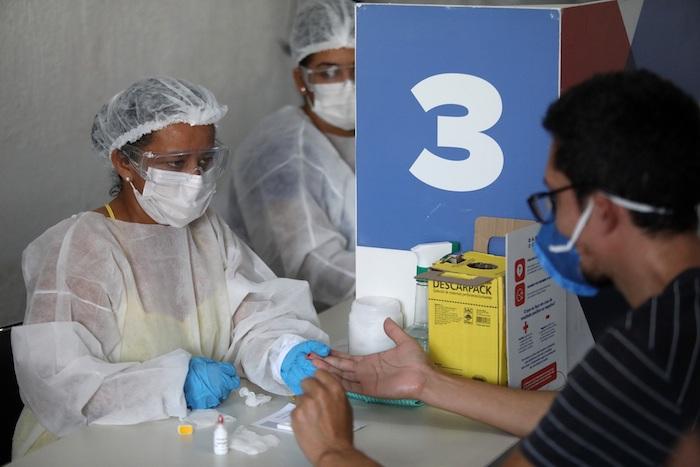 Un hombre se toma una prueba para coronavirus en la favela da Maré el 13 de octubre de 2020, en Río de Janeiro (Brasil).
