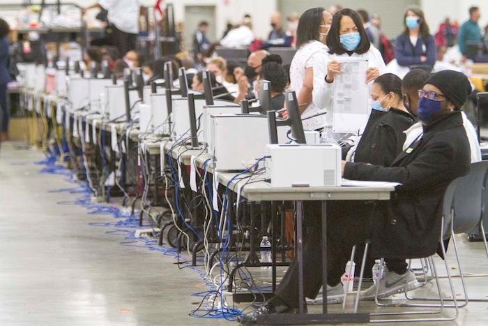 Vista de trabajadores que cuentan votos por correo en Detroit, Michigan, este 4 de noviembre de 2020.