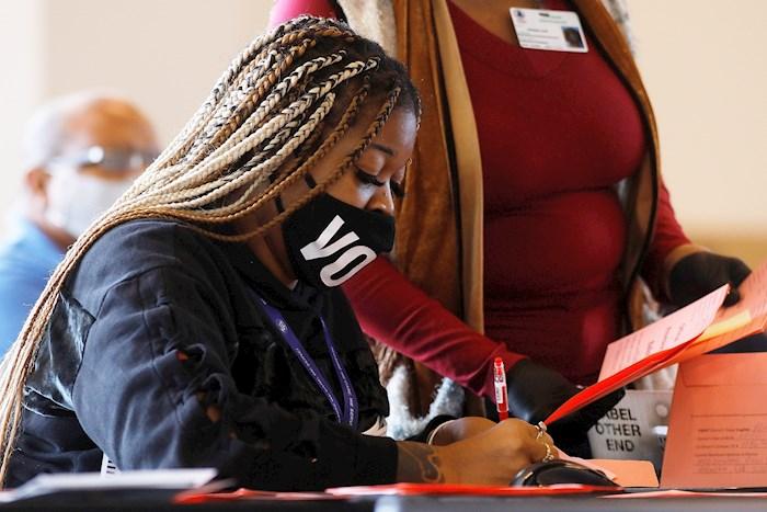 Oficiales realizan un conteo de votos en Atlanta, Georgia. Foto: Chris Aluka Berry, Archivo EFE