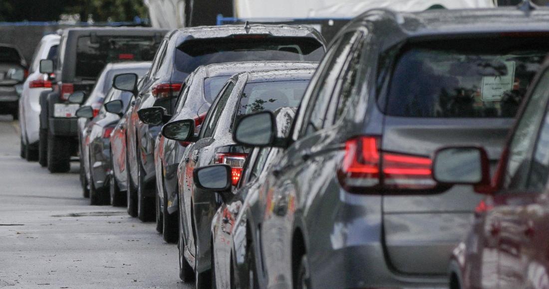 fila autos estacionados - La venta de automóviles cae 28% en 2020. La COVID-19 deja al sector con la cifra más baja desde 2012