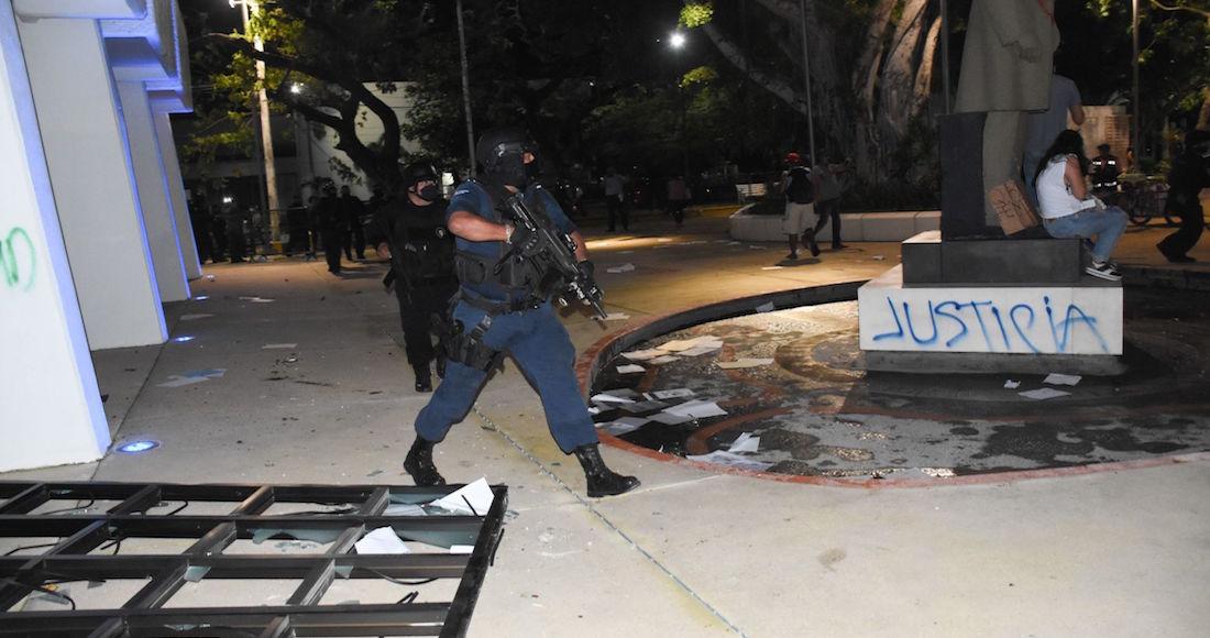VIDEOS: Policías disparan durante protesta por feminicidio en Cancún. Se  investigará: Gobernador | SinEmbargo MX