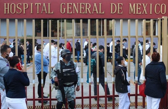 Personal médico hace hoy fila para ser vacunado contra la COVID-19 en el Hospital General, en Ciudad de México (México).
