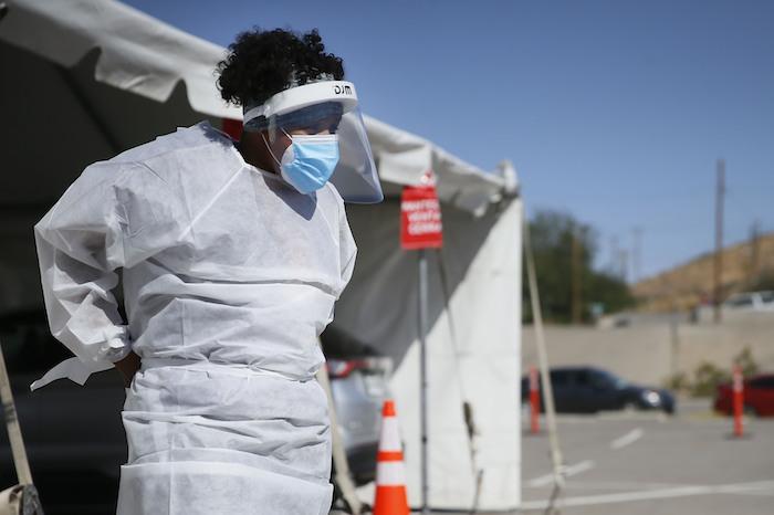 Una trabajadora médica está en un sitio móvil de pruebas de coronavirus en UTEP, en l Paso, Texas, el 26 de octubre del 2020.