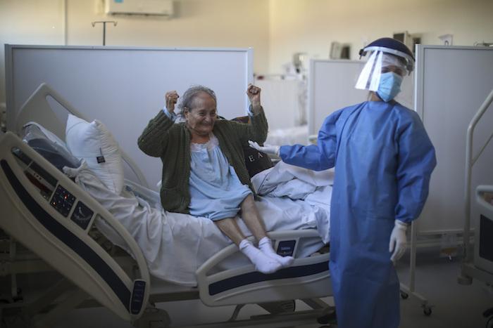 Blanca Ortiz, de 84 años, celebra después de que enfermeras le dijeron que ya podía dejar el hospital Eurnekian Ezeiza, en las afueras de Buenos Aires, Argentina, el jueves 13 de agosto de 2020, varias semanas después de que entró con COVID-19.
