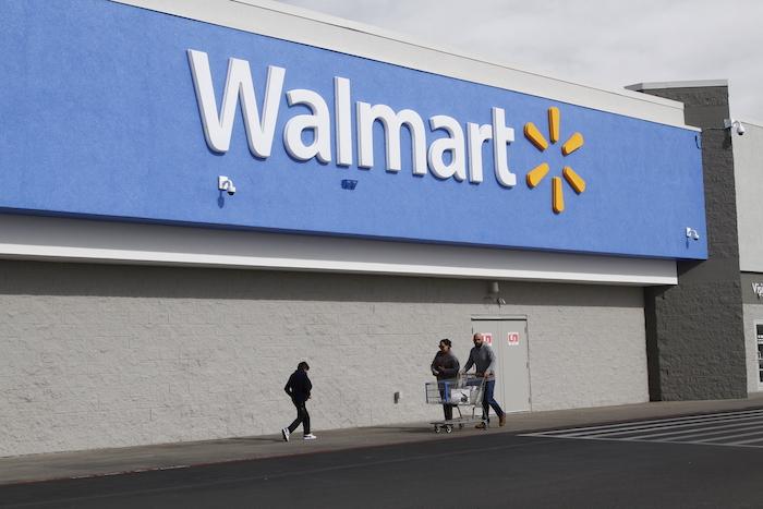 Fotografía de archivo del 6 de febrero de 2020 de varias personas caminando fuera de un supermercado de la cadena Walmart en El Paso, Texas.