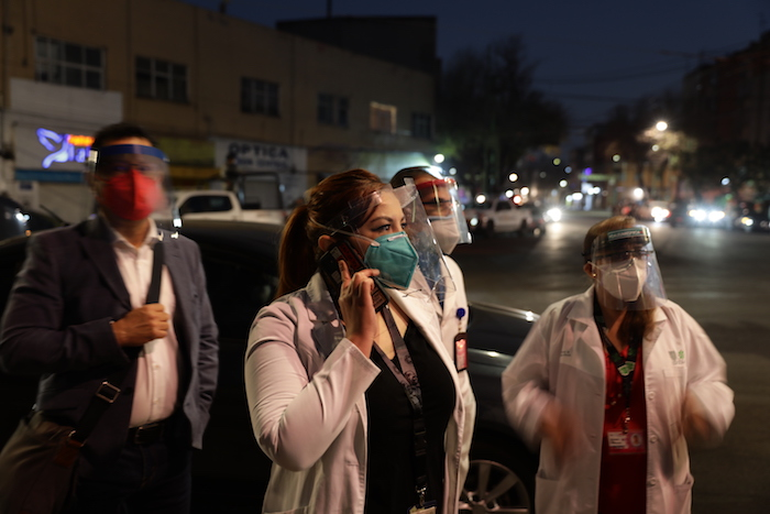 Personal de salud llega para vacunarse contra la COVID-19 al Hospital General de la Ciudad de México, el jueves 24 de diciembre de 2020 en la madrugada.