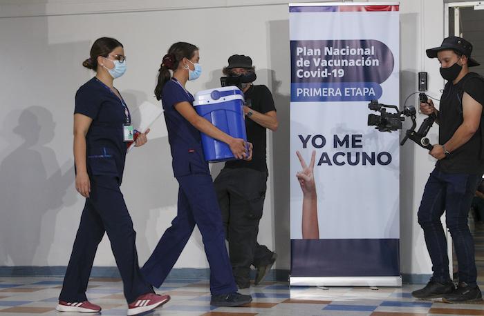 Una enfermera carga una hielera con dosis de la vacuna contra la COVID-19 en el Hospital Metropolitano de Santiago, Chile, el jueves 24 de diciembre de 2020.