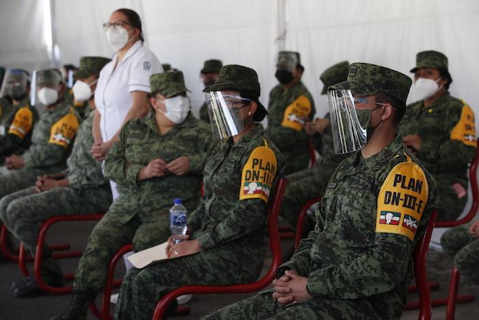 Personal del Ejército descansa después de haber sido vacunados contra la COVID-19 en el Heroico Colegio Militar en Ciudad de México el domingo 27 de diciembre de 2020.