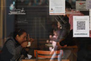 Los códigos QR fueron colocados a la entrada de los establecimientos capitalinos, a fin de alertar a los usuarios de lugares cerrados si estuvieron con un paciente sospechoso o confirmado de COVID-19. Foto: Galo Cañas, Cuartoscuro