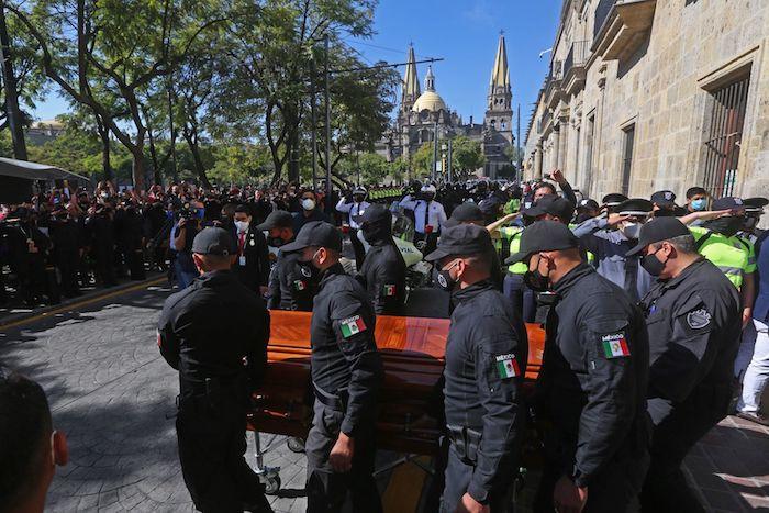 El féretro con el cuerpo del exgobernador Jorge Aristóteles Sandoval Díaz, a la salida del Congreso del Estado, donde le rindieron homenaje de cuerpo presente.