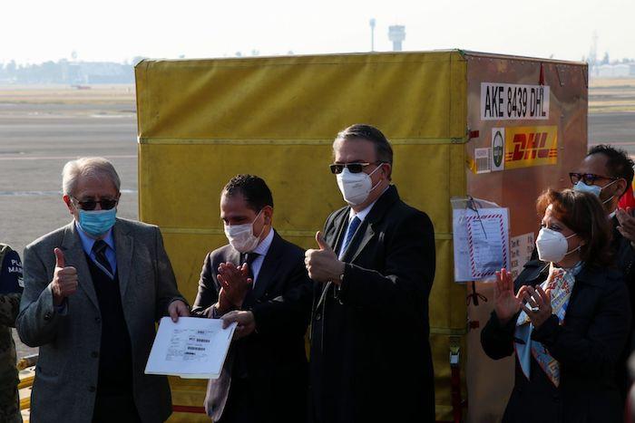 El Secretario de Relaciones Exteriores, Marcelo Ebrard, junto con los funcionarios de Salud, Hugo López-Gatell y Jorge Alcocer, presidieron el arribo del primer lote de más de un millón de dosis de vacunas contra la COVID-19 de la empresa estadounidense Pfizer.