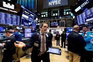 Esta imagen muestra varios corredores en la Bolsa de Valores de Wall Street en Nueva York.  Foto: Justin Lane, Archivos EFE